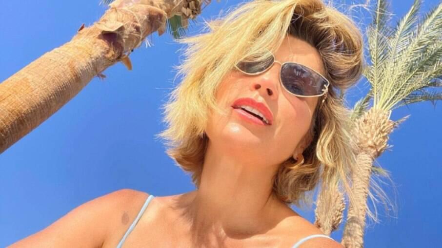 Aos 47 anos, Flávia Alessandra esbanja corpão no Egito