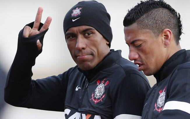 552622fe1e2d1 Paulinho acena para jornalistas na saída do treino. Corinthians se prepara  para estrear na quarta