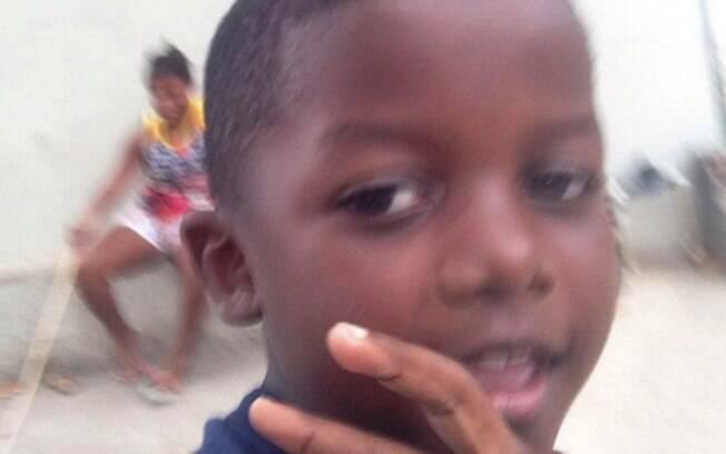 Menino Kaio, de apenas 8 anos, brincava quando foi atingido por bala perdida; ele foi operado e segue internado, com quadro estável