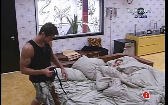 Jonas e Renata dividem a mesma cama no Quarto do Líder