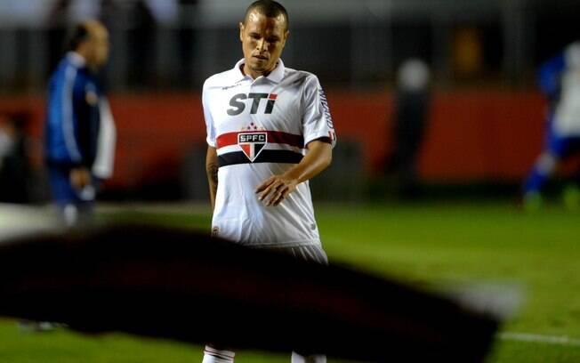 O atacante Luís Fabiano deixa o campo  cabisbaixo durante a partida contra o Cruzeiro