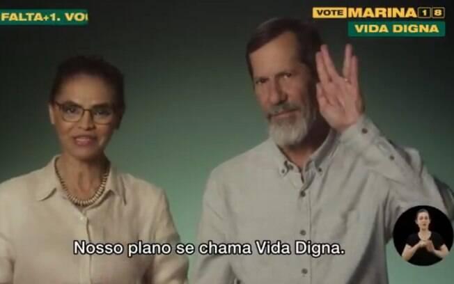 Candidato a vice, Eduardo Jorge faz sinal de Jornada nas Estrelas durante a propaganda eleitoral de Marina Silva