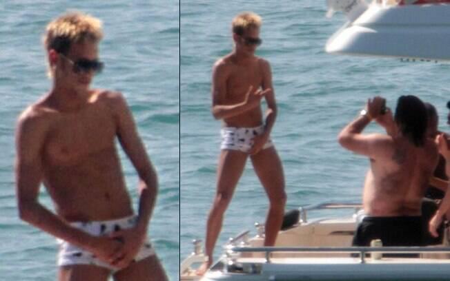 Neymar se diverte e faz pose sensual para o clique de um de seus amigos