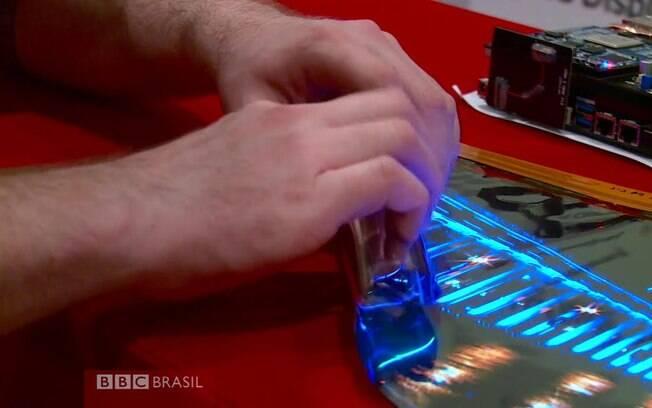 Um protótipo de tela de TV dobrável foi apresentado na CES, maior feira de eletrônicos