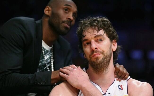 Kobe Bryant consola Pau Gasol após a eliminação do Los Angeles Lakers