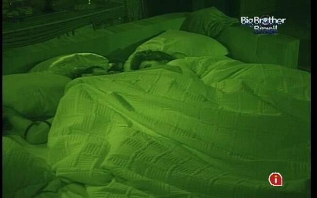 Laisa e Yuri demoram, mas também pegam no sono
