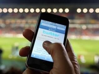 Além de atualizar Twitter por meio do aplicativo para smartphone, usuários podem publicar mensagens por SMS