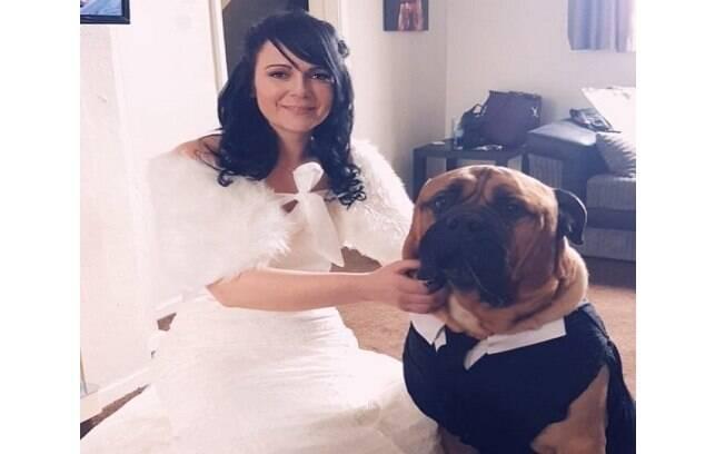 Estelle e seu cachorro Bruce no dia da cerimônia de casamento