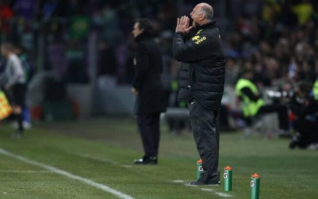 Felipão dá instruções para a seleção  brasileira no segundo tempo