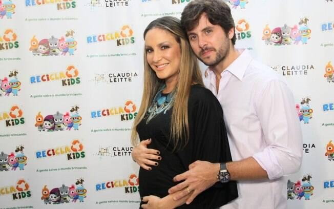 Claudia Leitte e Márcio Pedreira acariciaram a barriga de grávida