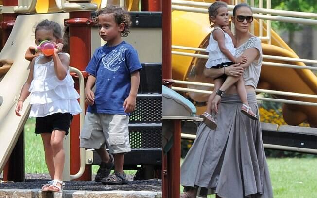 Jennifer Lopez brinca com seus gêmeos, Max e Emme, em parquinho de Atlanta