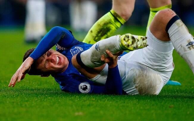 James McCarthy segura a perna ao perceber lesão grave