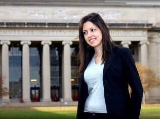 Bel Pesce, em frente ao MIT: quatro diplomas em quatro anos