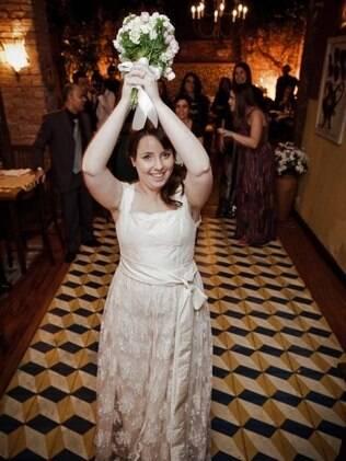A noiva Fernanda Santis com vestido feito sob medida: garantia de um caimento ideal, sem faltas ou sobras. Da Pó de Arroz
