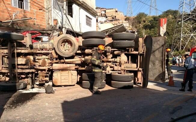 Caminhão capotou na Av. Deputado Cantidio Sampaio, na Vila Souza, zona norte de São Paulo