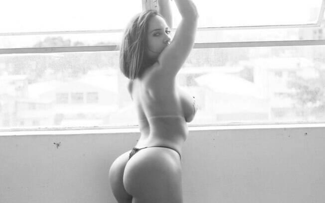 Mulher Melão sensualiza e aparece de algema em cliques para o site Diamond Brazil