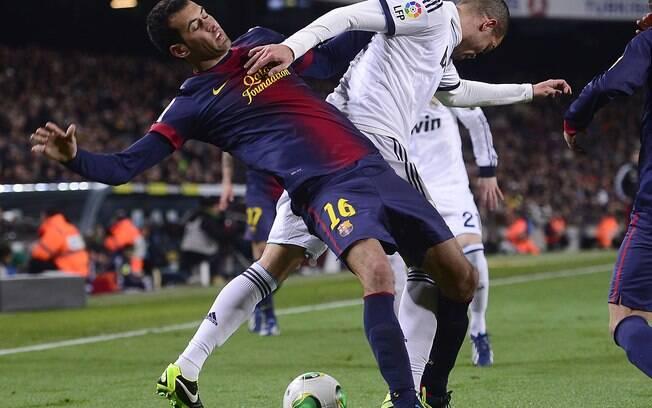 Pepe desarma Busquets em ataque do Barcelona