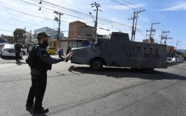 Blindado da Polícia Civil na Maré, nesta terça-feira