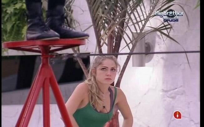 Renata assiste Daniel ir e voltar na corda bamba