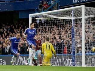 Os gols de John Terry e Diego Costa ajudaram os 'Blues' a segurar a vantagem sobre os 'Citizens'