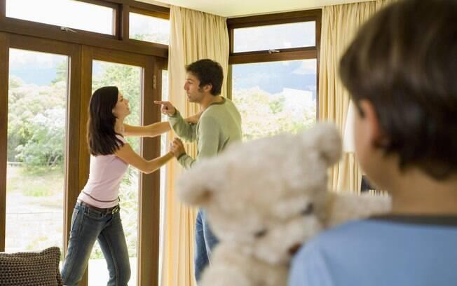 Comportamento reproduzido: crianças de lares com violência entre parceiros têm mais tendência a cometer violência contra os cônjuges quando adultas