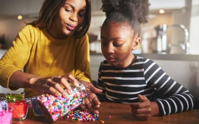 As crianças podem dar de presente para o Dia dos Avós uma pulseira da amizade ou quem sabe um colar feito por elas