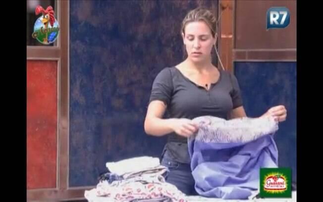 Joana organiza o cômodo
