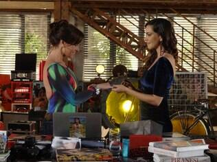 Marina dá uma aliança para Clara