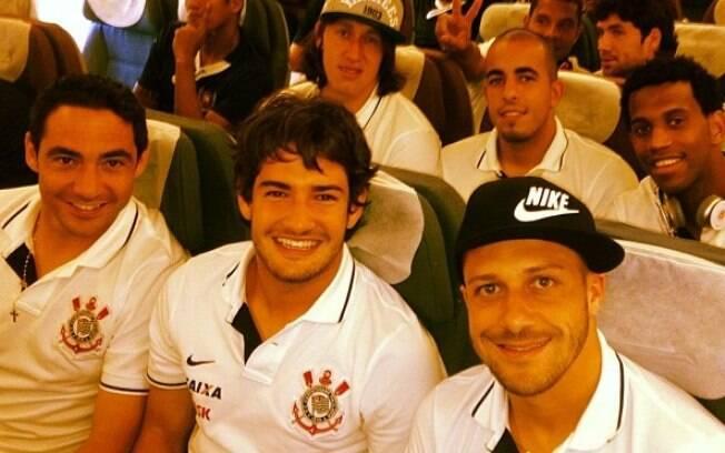 Chicão, Pato, Alessandro, Cássio, Danilo  Fernandes e Gil no avião que leva a delegação  corintiana para Bogotá