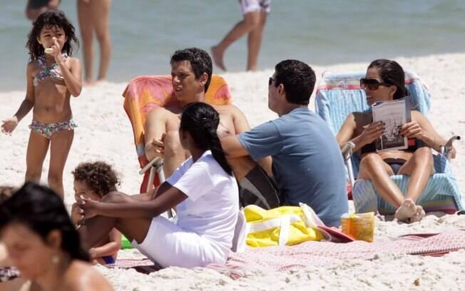 Márcio Garcia aproveita o dia na praia com a família