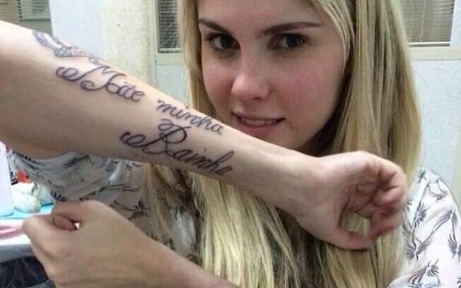 Bárbara Evans faz tatuagens em homenagem aos pais