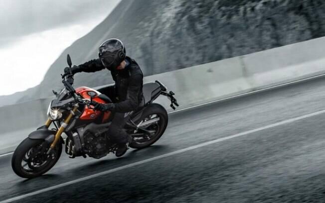 Pilotar moto na chuva exige cuidados para evitar acidentes. Ficar atento à manutenção também é importante