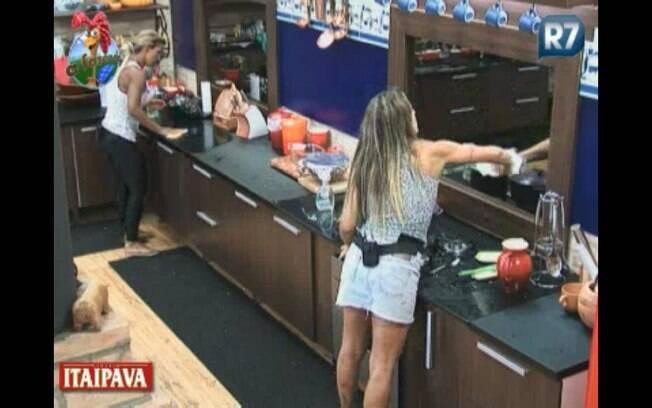 Joana e Valesca se organizam para limpar a cozinha