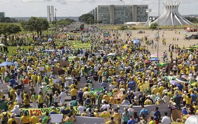 Faixas e cartazes contra o governo foram o principal acessório dos manifestantes em Brasília