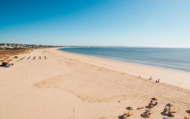 Apesar do seu nome, a Meia Praia é a maior da região de Lagos, em Portugal