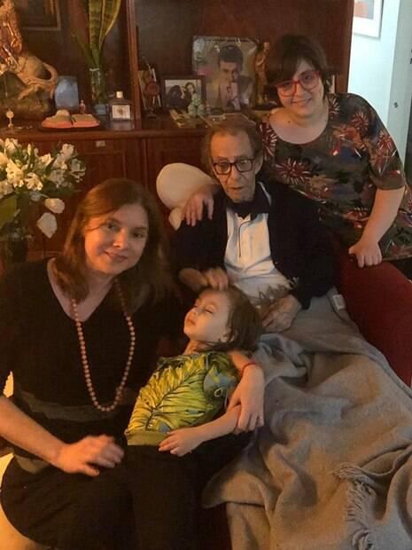Sofia compartilha mensagens fofas para o avô, João Gilberto