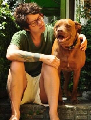 Em casa, Vicky Bicudo com a pitbull Guilhermina