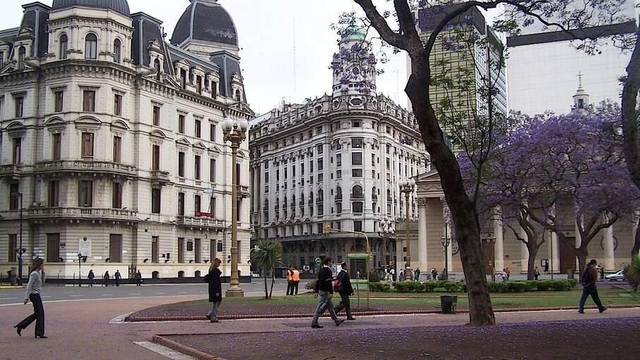 Covid-19: Argentina tem recorde de casos e planeja toque de recolher