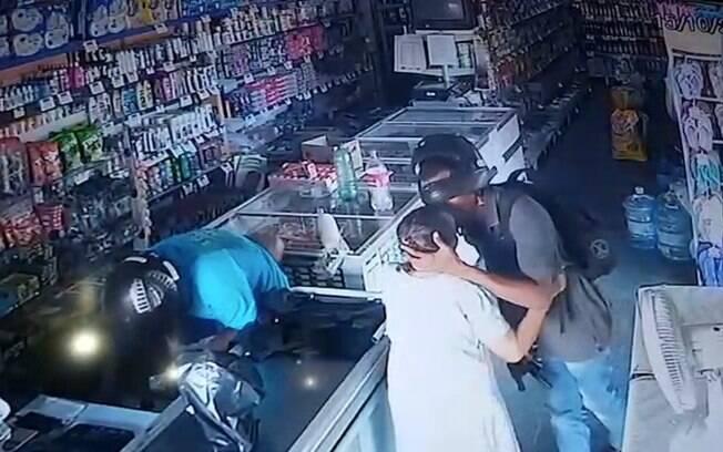 Idosa ganhou beijo de suspeito enquanto loja era assaltada