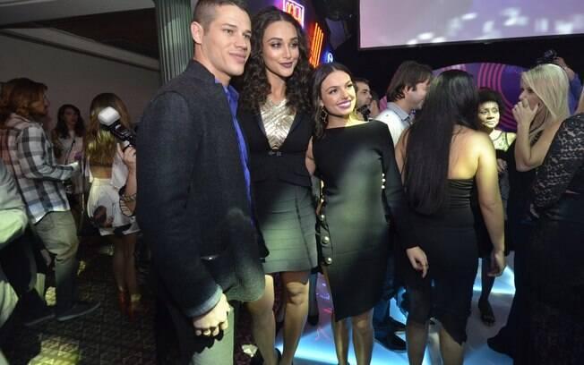 Ísis Valverde com José Loreto e Débora Nascimento