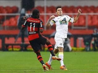 Zé Carlos é destro, mas prefere atuar pelo lado esquerdo do campo
