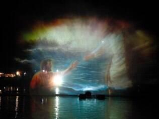 """""""Natalis"""". De cunho religioso, as 17 apresentações terão narrativa do nascimento de Cristo na voz marcante de Cid Moreira. O palco será montado com gigantescas telas de água com dimensões de até 200 m no lago Joaquina Rita Bier. Aliado à projeção, efeitos sonoros e luminosos, águas dançantes e fogos."""