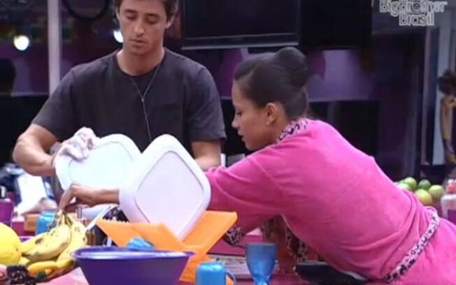 Fael tem a ajuda dos brothers para arrumar a cozinha