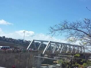 BRASIL - SALVADOR - BA - 04.11.2014 Um trem do metro de Salvador saiu do trilho e esta atravessado na pista no fim da manha desta terca-feira (6) . A situacao ocorreu entre as estacoes do Retiro e do Acesso Norte . Nao ha feridos . O trem estava em operacao e transportava cerca de 40 passageiros no momento de acidente . A concessionária CCR , que administra o modal de transporte , investiga o que aconteceu .  FOTO : Divulgacao / Portal Salvador Noticias