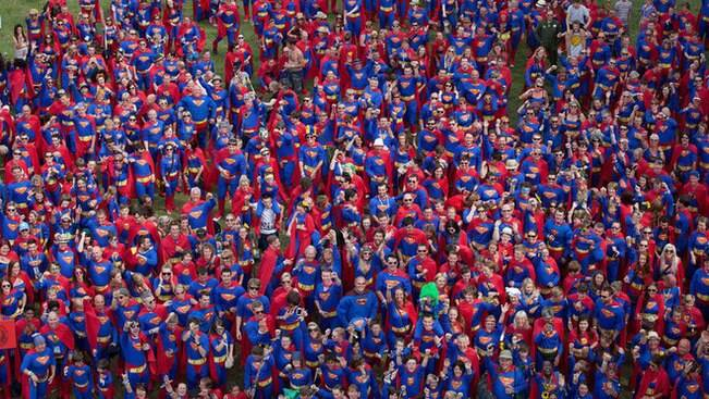 Fãs tentam bater recorde de pessoas vestidas de heróis