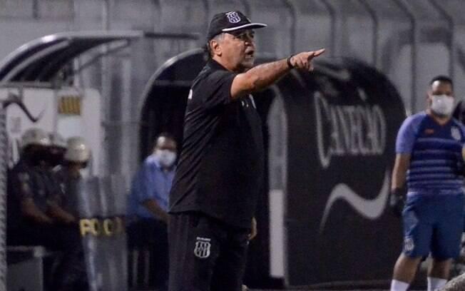 Oliveira tem desfalque e vai mudar zaga da Ponte neste sábado
