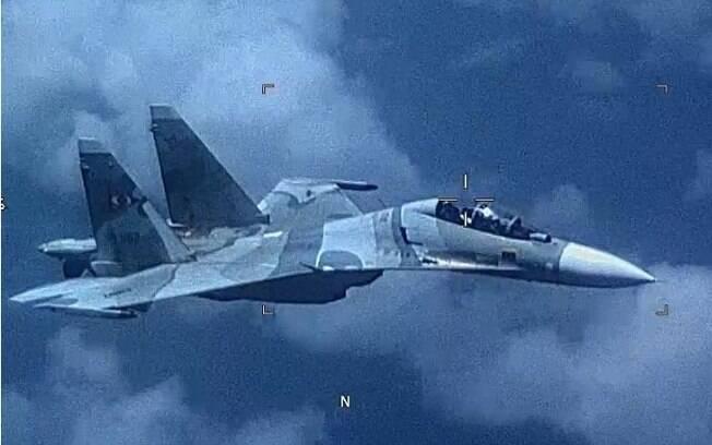 Foto do Comando Sul americano de um caça Su-30 Flanker da Venezuela que voou ao lado de um avião militar americano EP-3 Aries II na sexta-feira