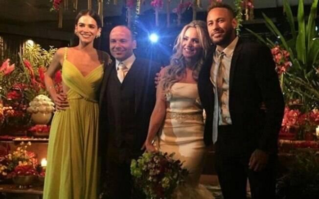 Bruna Marquezine e Neymar foram padrinhos de casamento de Leo, ex-jogador do Santos, com Gabriela Pozzi