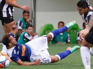 Everton Ribeiro reclamou de dores no pé direito após o clássico de domingo e será poupado do jogo com o Guarani