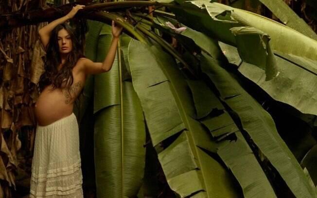 Grávida de trinta e oito semanas, Isis Valverde compartilha ensaio fazendo topless